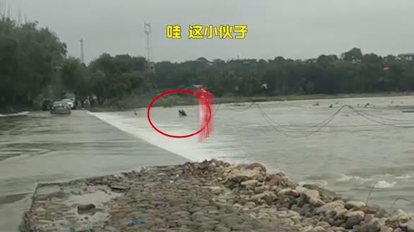94年退伍兵百米冲刺救落水老人:下水后害怕了,水流很快踩不到底